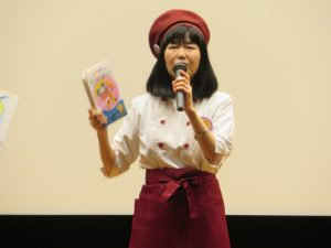 本を手にする永井郁子先生